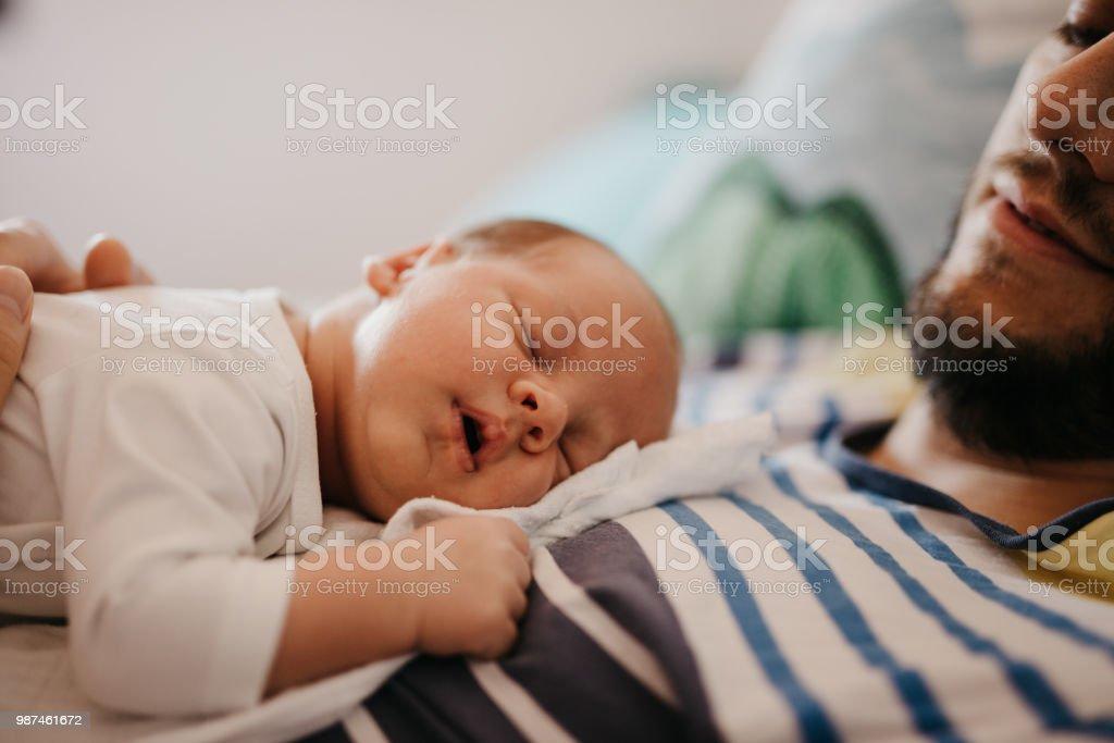 Vater und Baby Sohn schlafen im Schlafzimmer – Foto