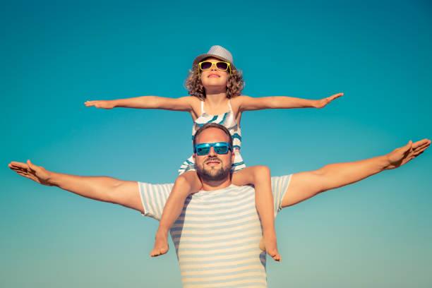 Vater und Kind Spaß am Strand – Foto