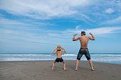 父と子が浜辺で遊んで