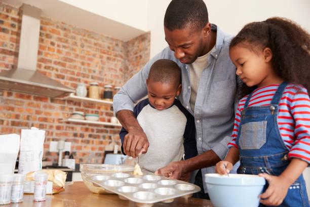 vater und kinder backen kuchen in küche zusammen - 3 zutaten kuchen stock-fotos und bilder