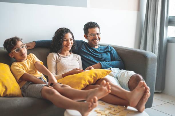 텔레비전을 보는 아버지와 아이들 - 남미 문화 뉴스 사진 이미지