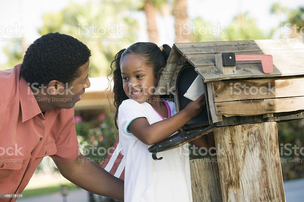 Vater und Tochter im Briefkasten – Foto