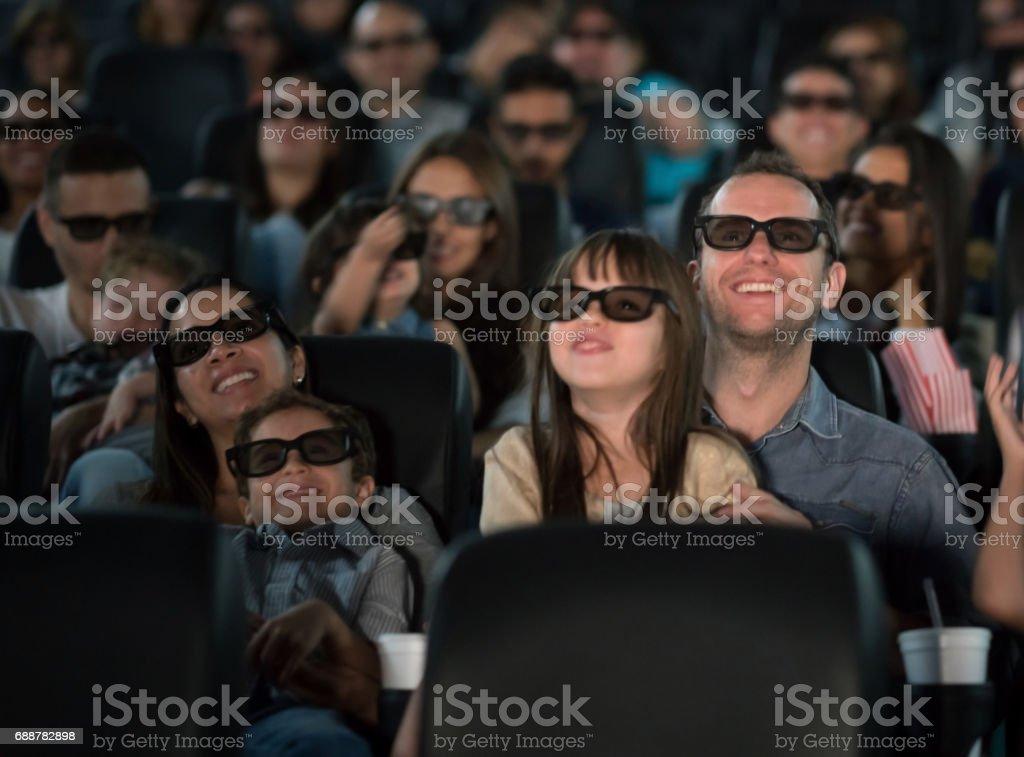 Vater und Tochter im Kino mit 3D Brille – Foto