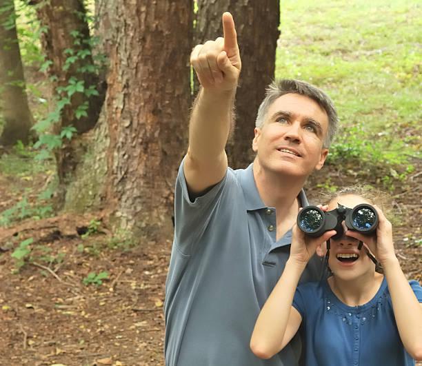 padre e figlia bird watching - osservare gli uccelli foto e immagini stock