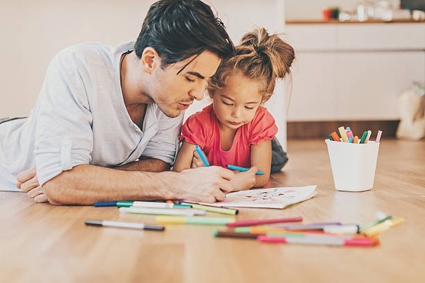 Father and daughter coloring together – Foto