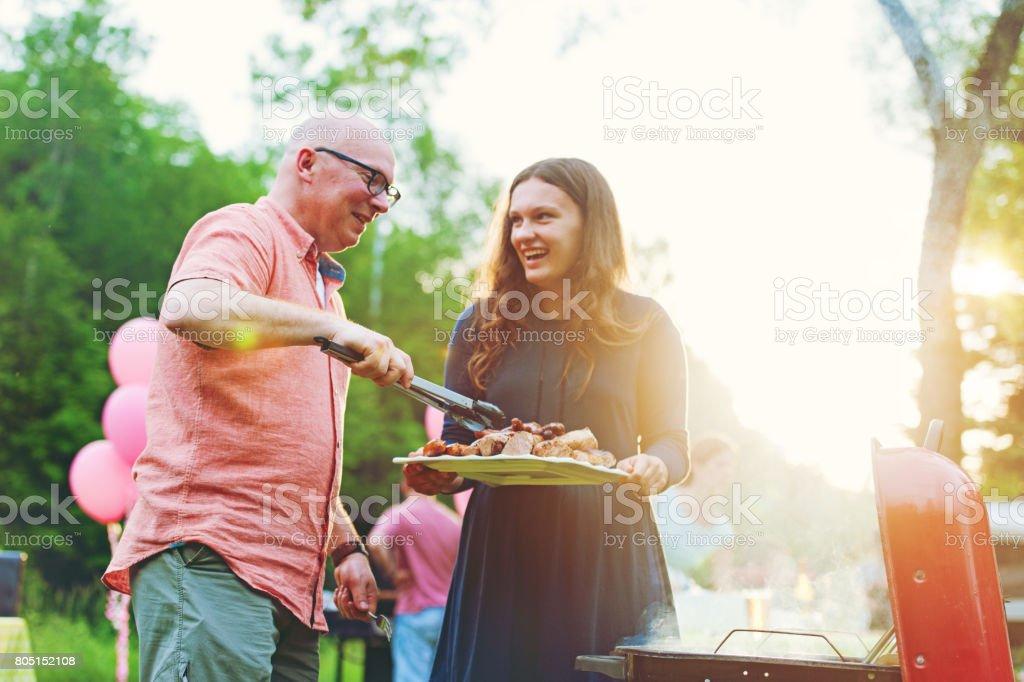 Père et fille, cuisson sur barbecue - Photo
