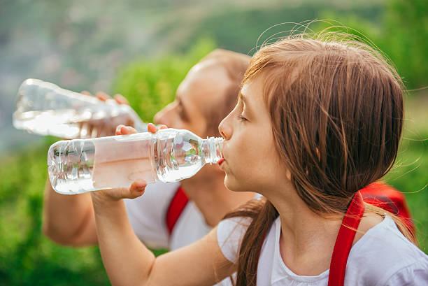 Padre e figlia acqua potabile - foto stock