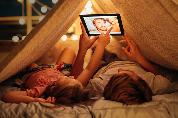 padre e figlia diverte a casa. - everyday technology not groups foto e immagini stock
