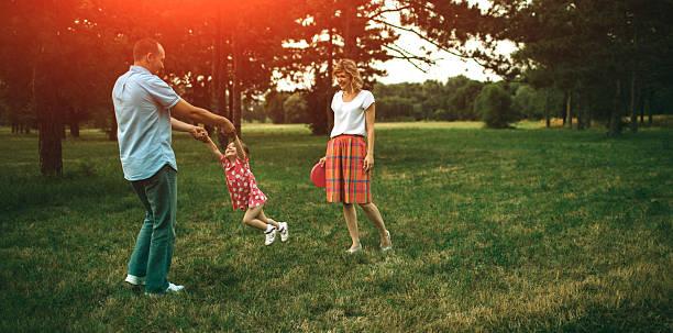 vater und tochter spaß im freien. - kinder picknick spiele stock-fotos und bilder