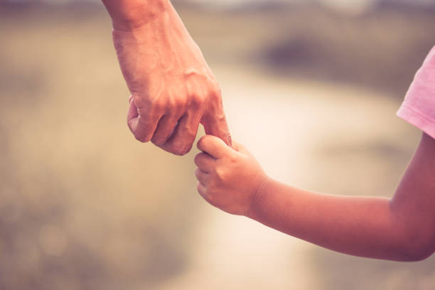 père et fille tenant à la main ensemble dans la tonalité de couleur vintage - père célibataire photos et images de collection