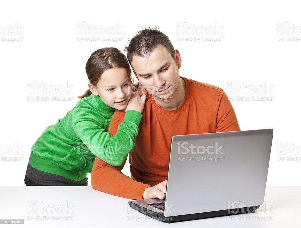 Padre e hija en frente de la computadora portátil foto de stock libre de derechos