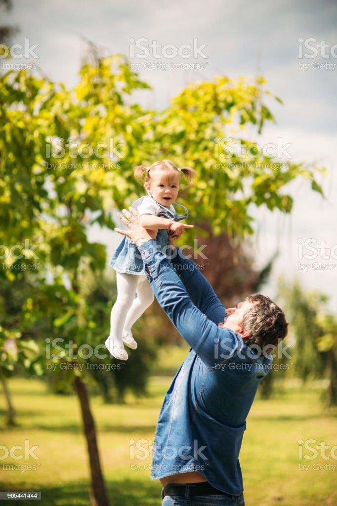 夏日公園的父女 - 免版稅一起圖庫照片