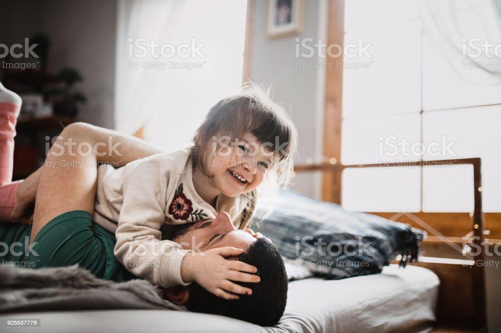 Vater und Tochter - Liebe und Glück - Lizenzfrei Bett Stock-Foto