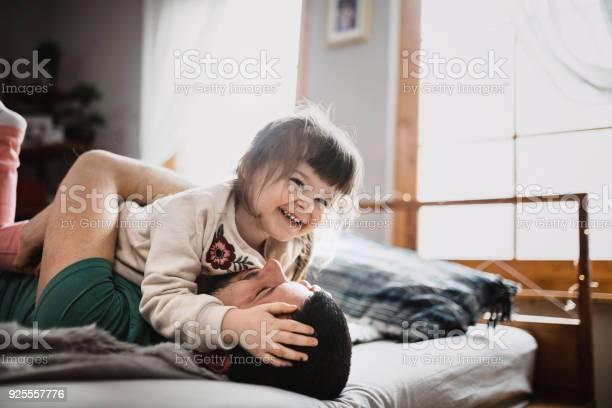 Vater Und Tochter Liebe Und Glück Stockfoto und mehr Bilder von Bett