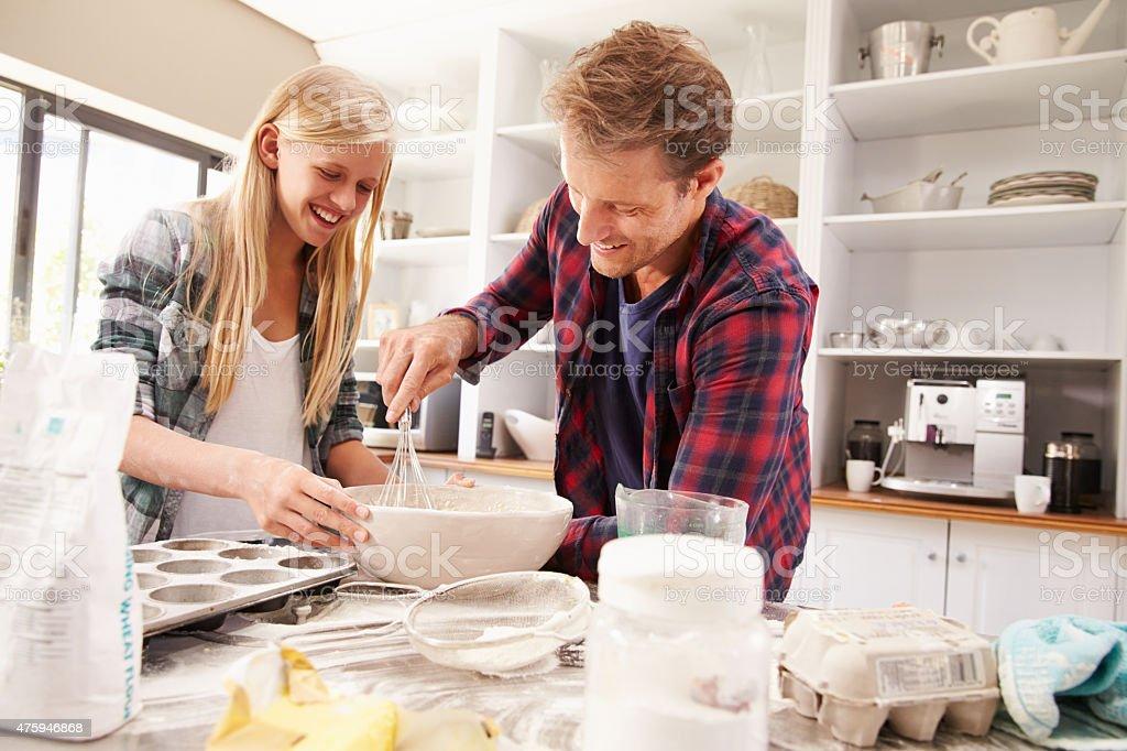Vater und Tochter machen einen Kuchen zusammen – Foto