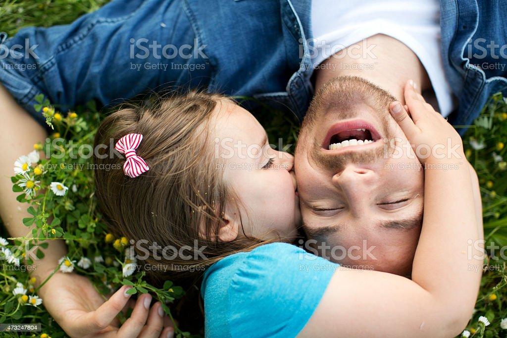 Pai e filha ao ar livre em um prado. - foto de acervo