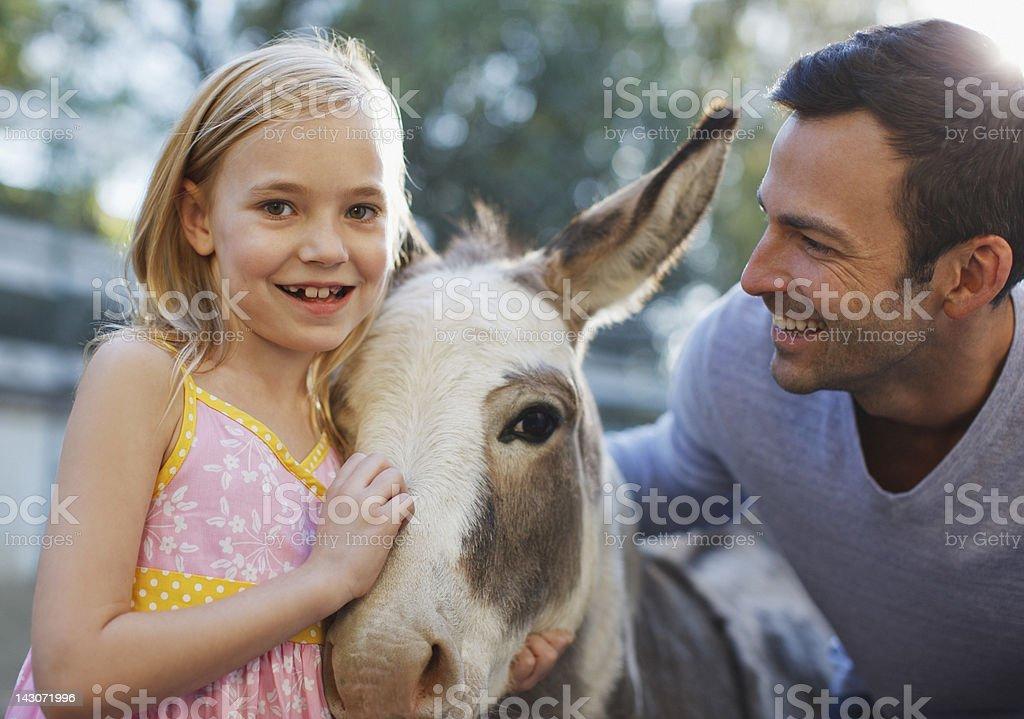 Padre e figlia fattoria di asino - foto stock