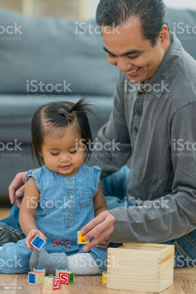 Père et fille jouent avec des blocs photo libre de droits