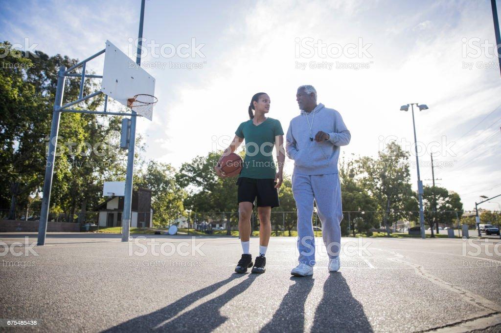 Père et fille jouant au Basketball photo libre de droits