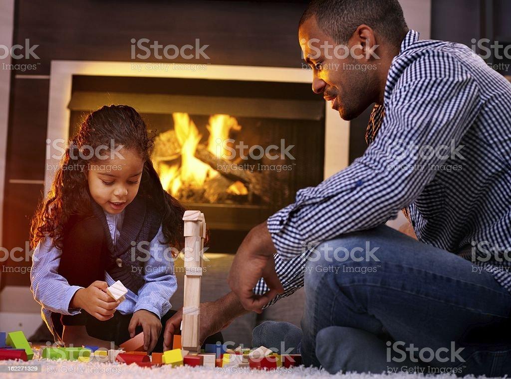 Vater und Tochter zusammen zu spielen – Foto