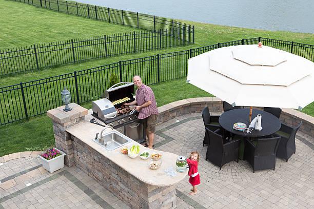 vater und tochter vorbereiten ein barbecue - grillstein stock-fotos und bilder