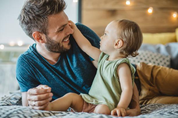 padre e hija pasarán fin de semana en casa - padre que se queda en casa fotografías e imágenes de stock
