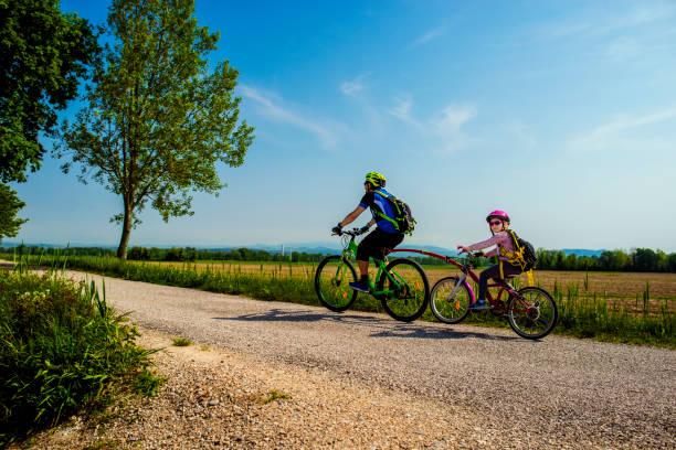 vater und tochter tandem fahrrad gehen. die fahrrad route fvg2 von grado stadt, friaul-julisch venetien, italien. - friaul julisch venetien stock-fotos und bilder