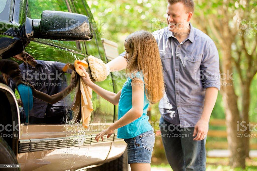 Vater und Tochter sind die Familie Auto zusammen im Freien. – Foto