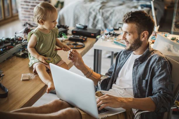 padre e hija trabajan juntos - padre que se queda en casa fotografías e imágenes de stock