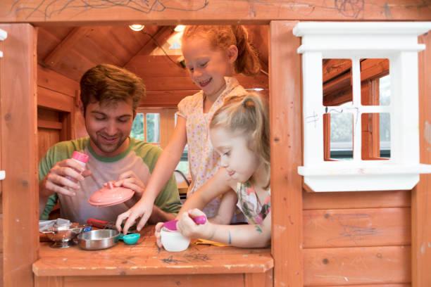 vater und töchter playhouse - mädchen spielhaus stock-fotos und bilder