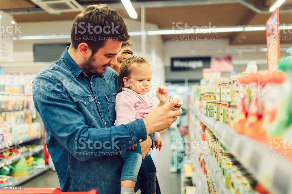Pai e sua filha bebê compras de mercearia - foto de acervo