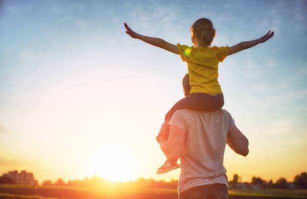 父親和他的孩子一起玩耍 - 幸福 個照片及圖片檔