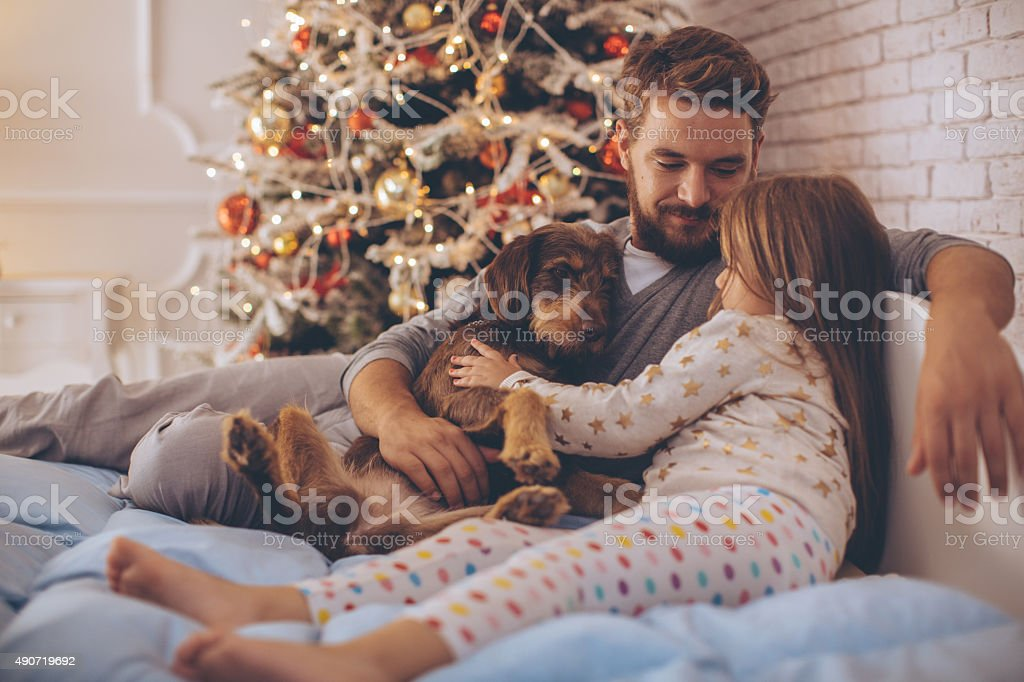 Père et son adorable fille en face de Noël trois. - Photo
