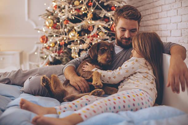 vater und seine süße tochter vor weihnachten drei. - weihnachten 7 jährige stock-fotos und bilder