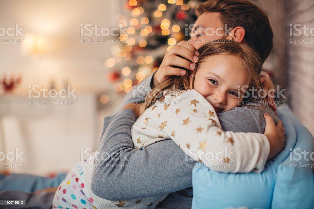 Vater und seine süße Tochter vor Weihnachten drei. – Foto
