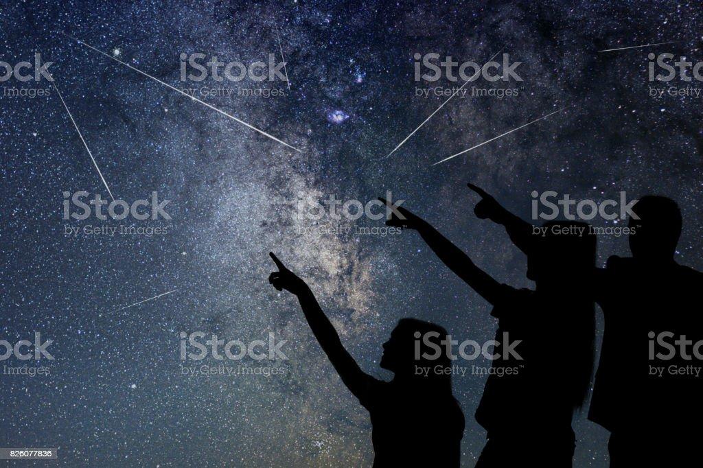 Vater und Tochter beobachten Meteorschauer. Nachthimmel. – Foto