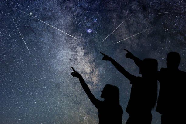 vater und tochter beobachten meteorschauer. nachthimmel. - mädchen dusche stock-fotos und bilder