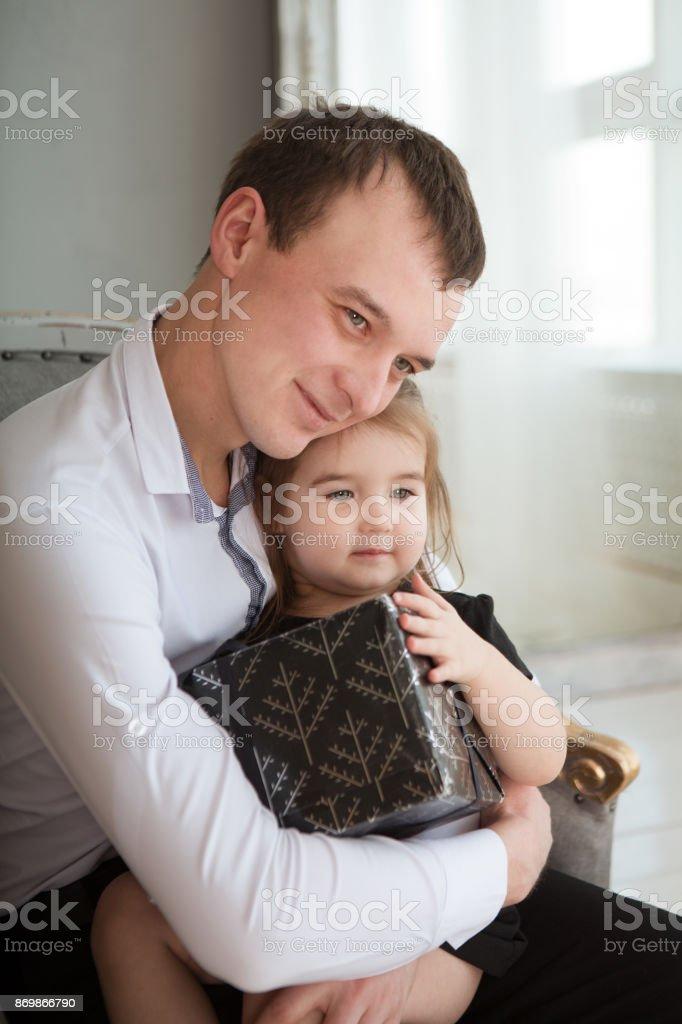 Vater Und Tochter Nettes Kind Mädchen Gibt Ein Geschenk Für