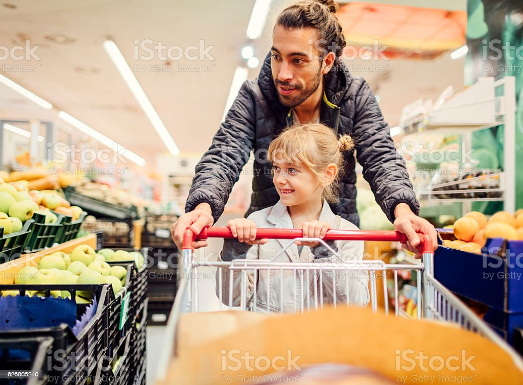 Father And His Daughter In A Supermarket. - foto stock