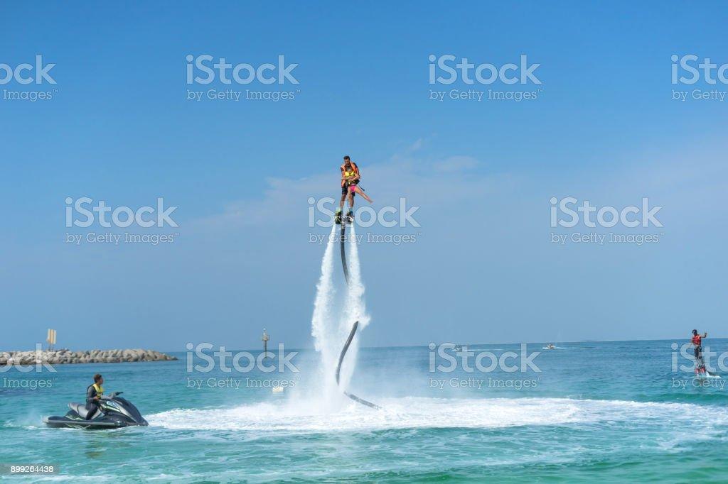 父と娘のカリブの熱帯ビーチで新しい flyboard でポーズします。肯定的な人間の感情、気持ち、喜び。面白いかわいい子の休暇を作ると夏を楽しんでします。 ロイヤリティフリーストックフォト