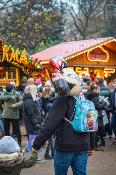 vater und sein kind genießen sie weihnachten-kirmes-winter-wunderland - disney dekorationen stock-fotos und bilder