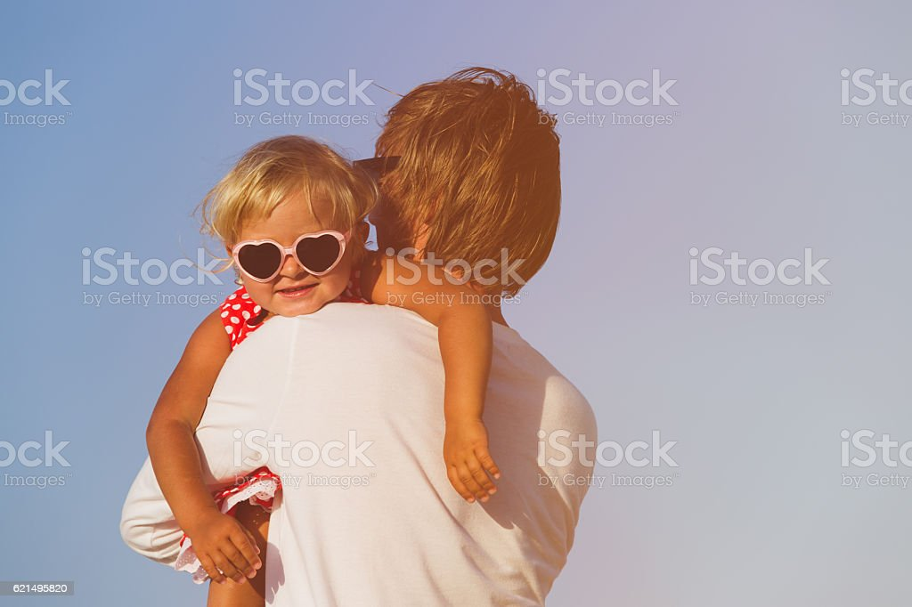 father and little daughter hugging at sky photo libre de droits