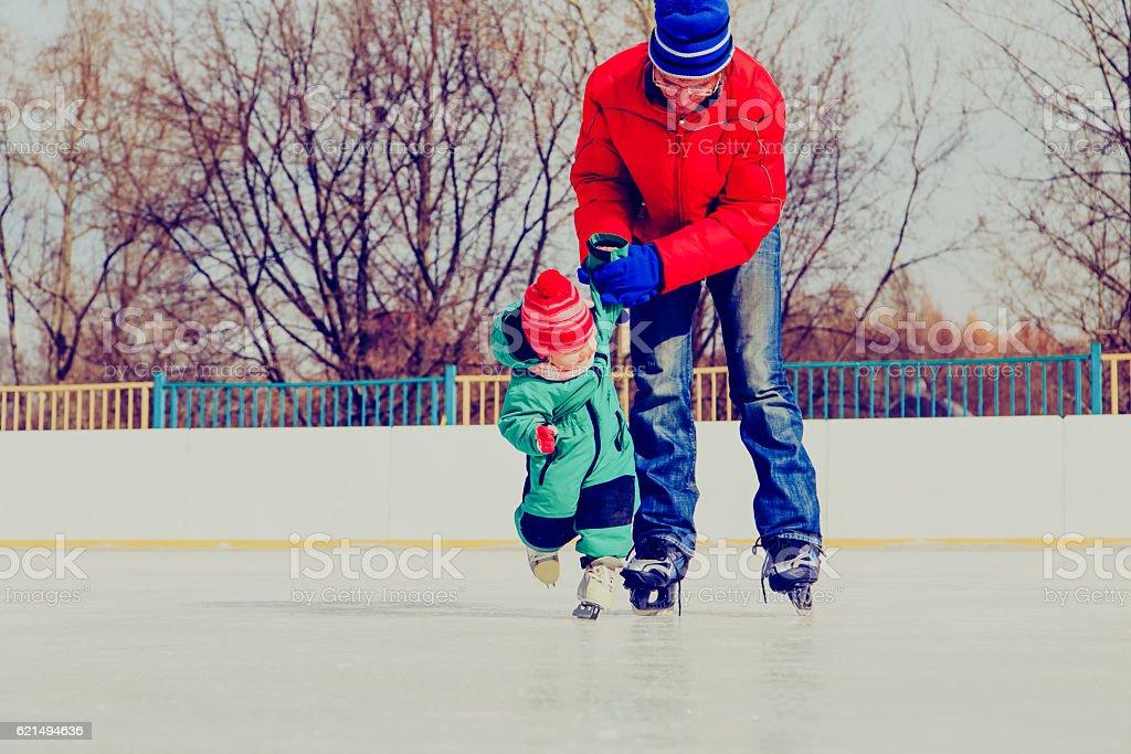 Père et petite fille apprendre à skater en hiver photo libre de droits