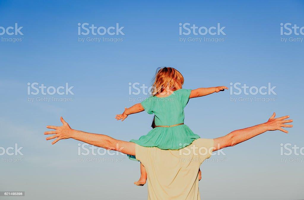Père et petite fille jouer au ciel photo libre de droits