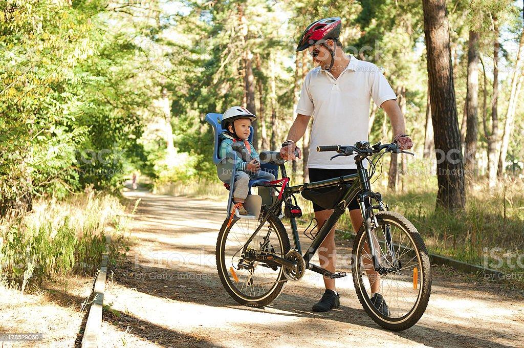 Vater und Sohn auf dem Fahrrad mit kleinen Kind sitzen – Foto