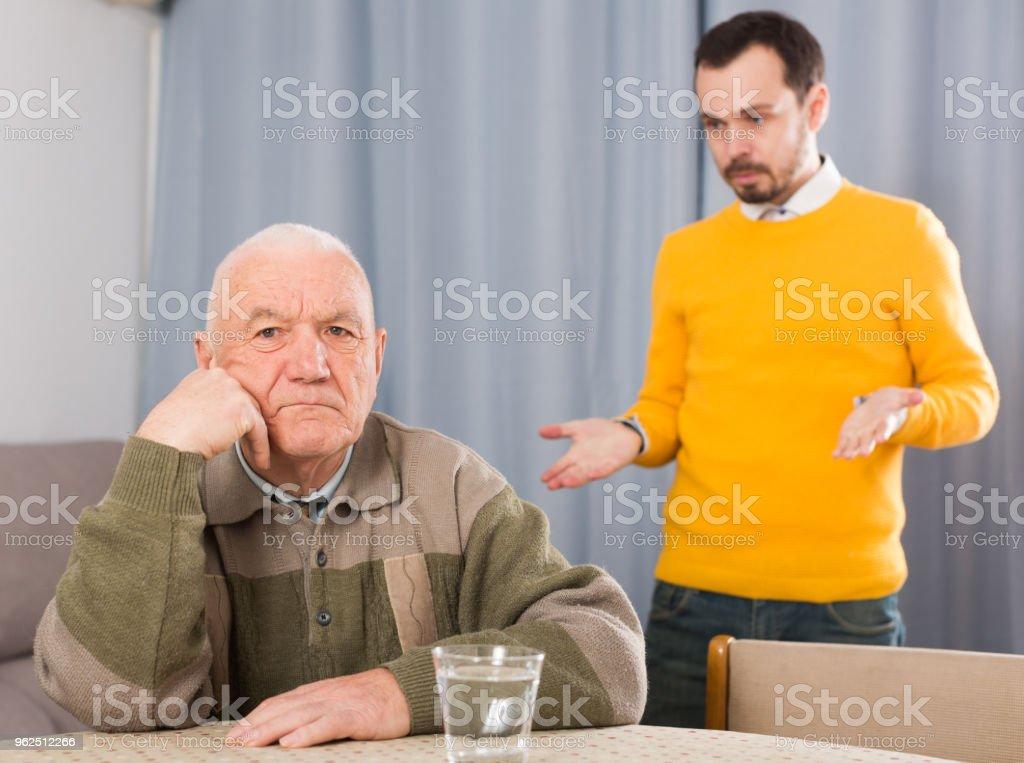 Pai e filho a discutir - Foto de stock de 65-69 anos royalty-free