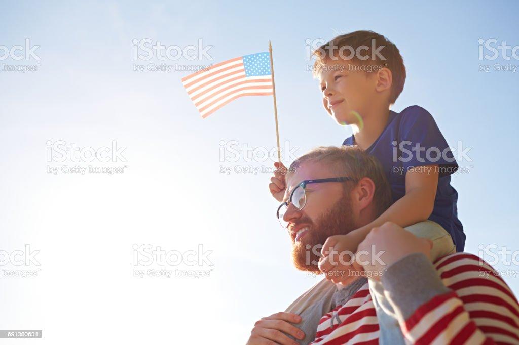 Padre e hijo en el desfile - foto de stock
