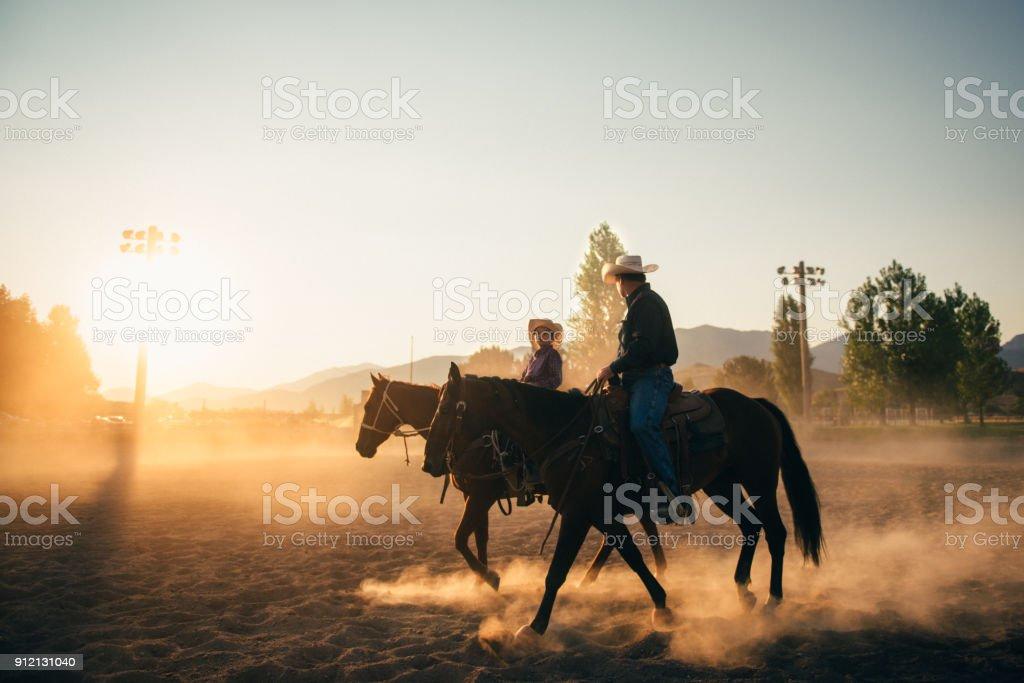 Vater und Sohn in Rodeo arena – Foto