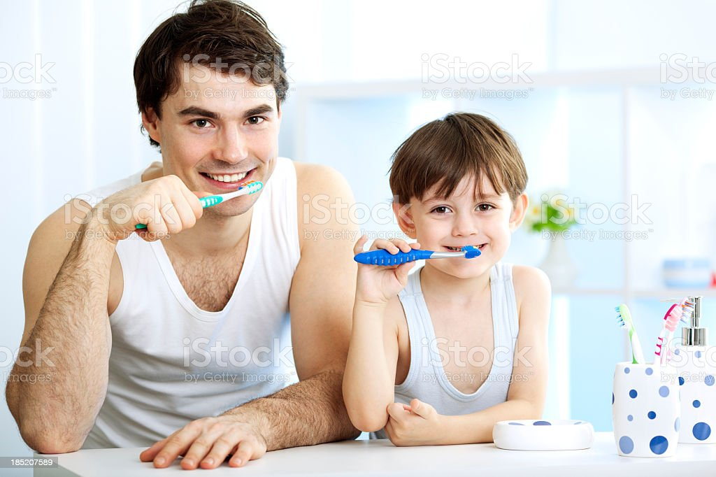 Vater und Sohn Bürsten Zähne zusammen. Lizenzfreies stock-foto