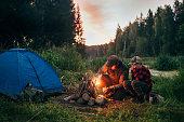 父と息子が一緒にキャンプ